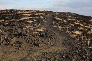 火口周遊コースの砂利道